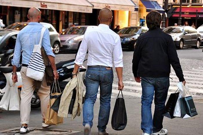 Sejumlah pria pulang dari belanja.