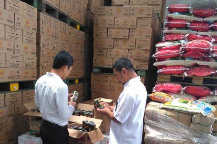 Kepala BPOM Kepri Yosef Dwi Irawan melakukan pengawasan dan penarikan produk ikan kaleng Farmerjack, 10, dan Hoki di salah satu importir yang ada di kawasan Batam Centre.