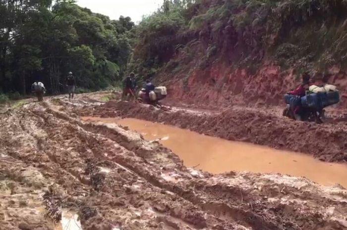 Kondisi jalan di Kecamatan Seko, Luwu Utara, Sulawesi Selatan dilalui kendaraan membuat ojek memasang tarif mahal Rp 700.000.