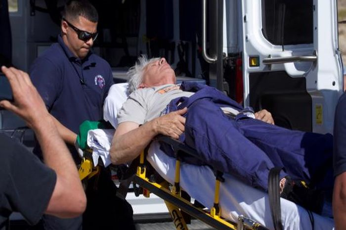 Mike Hughes diperiksa oleh paramedis setelah mengalami insiden dengan roketnya.