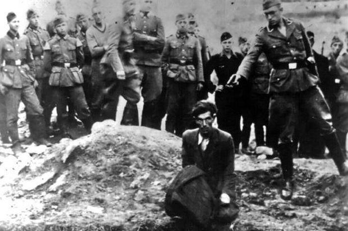 Pasukan SS sedang mengeksekusi warga Yahudi