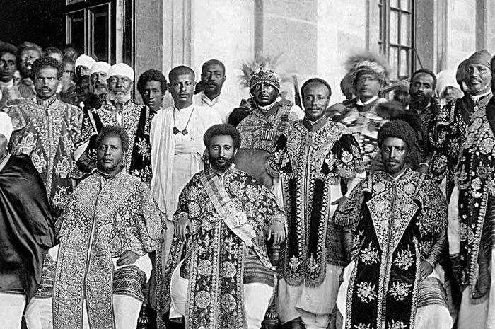 Haile Selassie (Tengah) duduk bersaam apara pengawal dan pejabat