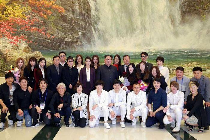 Pemimpin Korea Utara Kim Jong Un berfoto dengan delegasi dari girlband Korea Selatan Red Velvet (1/4/2018).