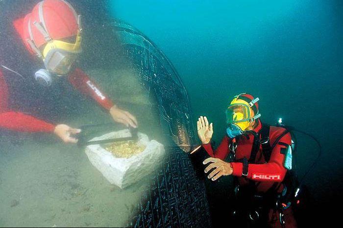 Penyelam menemukan emas dan artefak.