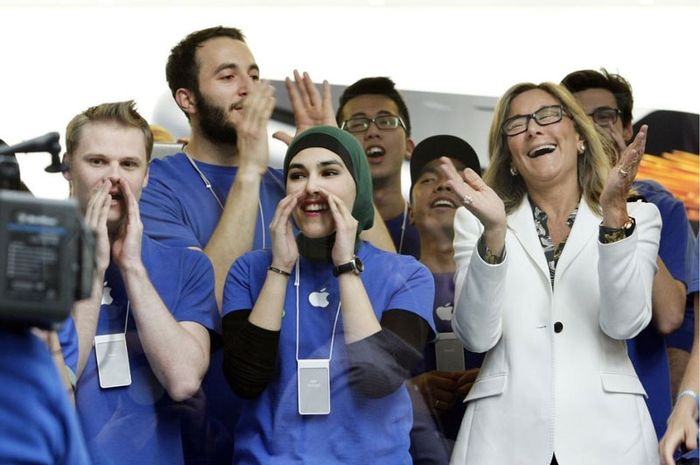 Angela Ahrendts Perlakukan Pegawai Apple Store Seperti Eksekutif