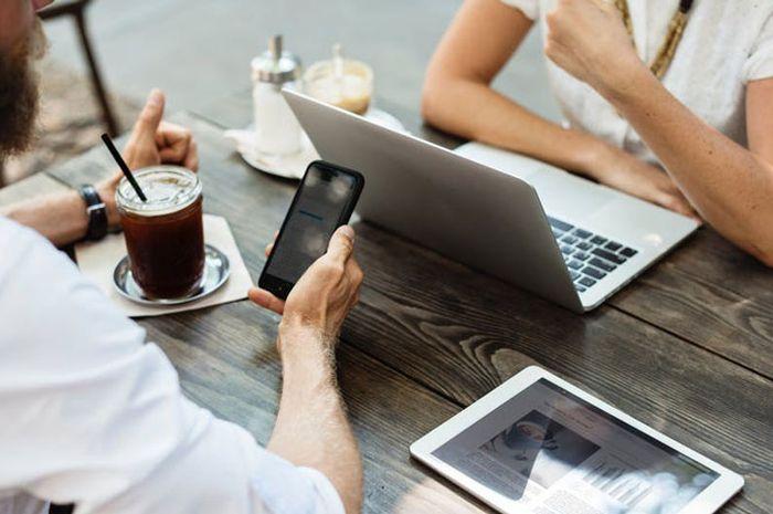 Survei Membuktikan Cewek Gak Suka Pasangan Kencan Pake iPhone Jadul. Mas, Upgrade Donk!