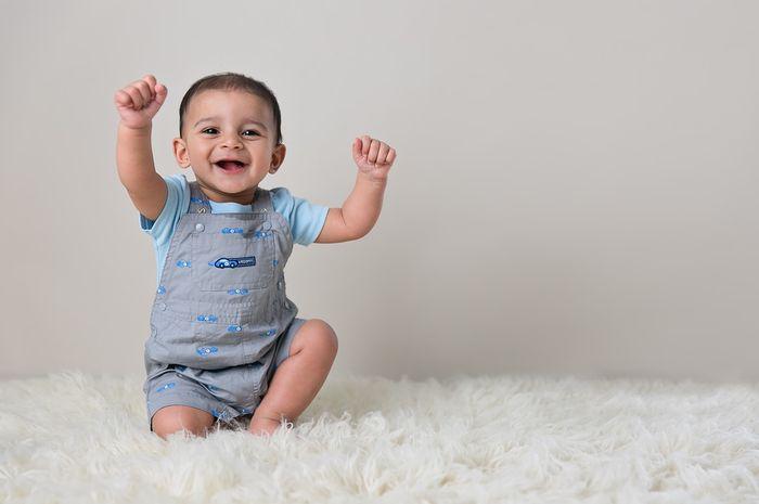 Di usia 9 bulan bayi harus sudah bisa duduk sendiri