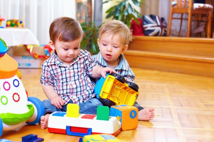 Tak hanya memberi perhatian, orangtua juga perlu mendengarkan serta menghargai pendapat dari setiap anak tanpa menghakimi