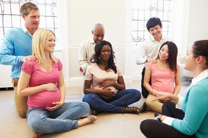 Senam hamil bisa menjadi wadah untuk sharing antara pengajar dengan calon orangtua baru.