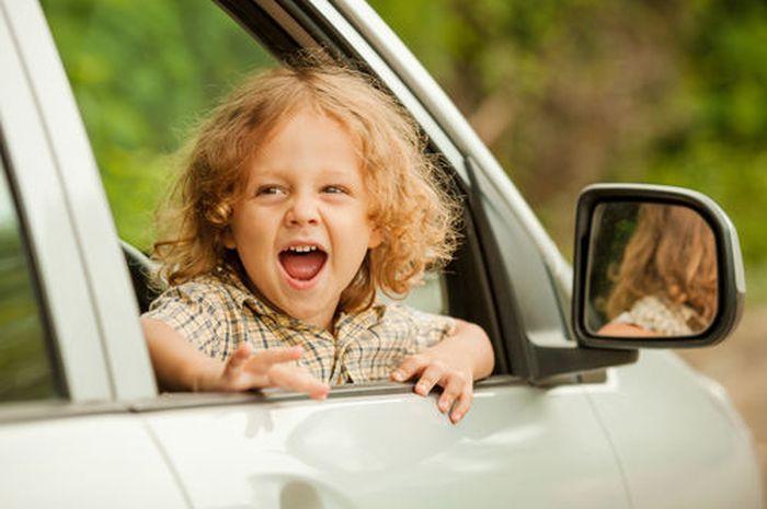 Amankah Anak Dibiarkan Duduk di Kursi Depan Mobil?