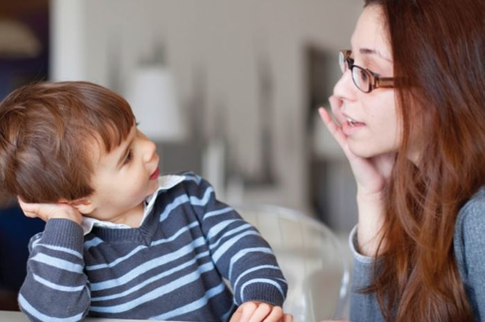 Mengasuh anak dengan memberi contoh akan lebih efektif.