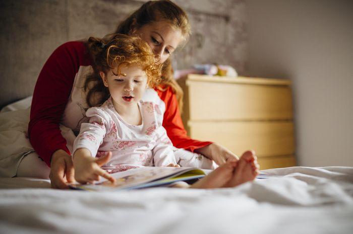 Membacakan cerita membuat anak tenang dan mudah tidur.