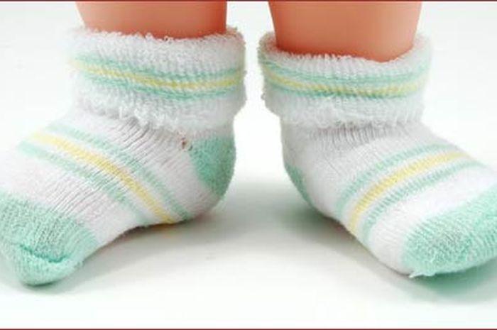 Bolehkah bayi memakai kaus kaki saat tidur