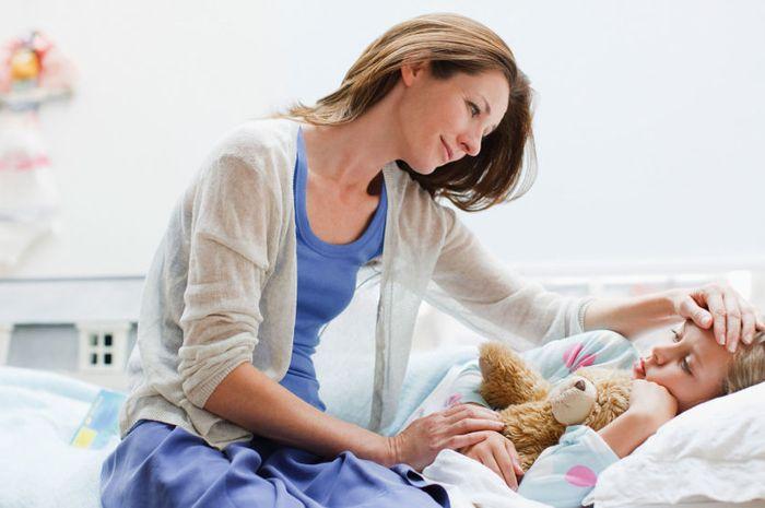Jangan periksa suhu tubuh anak hanya dengan menempelkan tangan ke dahinya.
