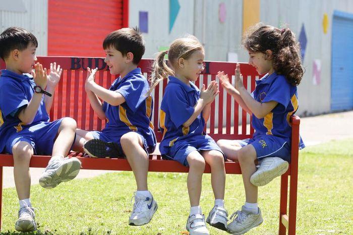 Saat bermain bersama, anak cenderung meniru perilaku dari anak yang dianggap sebagai model idealnya.