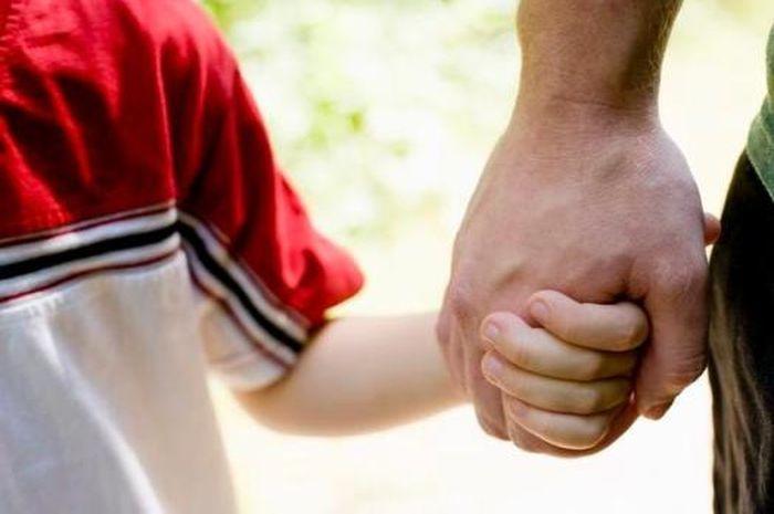 Ingat, Bu! Selalu Berpegangan Tangan dengan Anak Ketika Berada di Sekitar Lalu Lintas