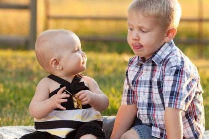 Jika perilaku usil terjadi karena si anak butuh teman, orangtua dapat mengajarkan bagaimana mengajak kakak atau adiknya untuk bermain bersama.