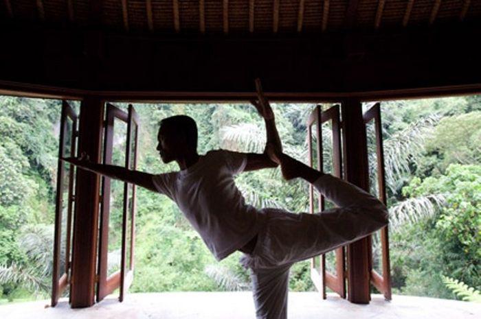 Wayan, seorang yogi, sedang melakukan yoga di salah satu paviliun di Bali.