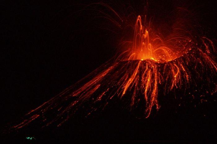 Letupan lava di Gunung Anak Krakatau.