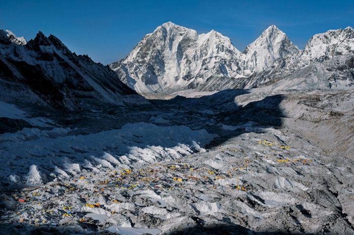 Ratusan pendaki berkumpul di Base Camp di sisi Nepal Gunung Everest.