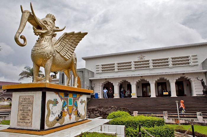 Patung Lembuswana di depan Museum Mulawarman, Tenggarong - Kutai Kartanegara, Kalimantan Timur.