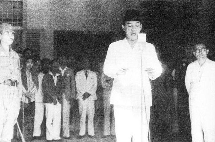 Ir. Soekarno didampingi Drs. Mohammad Hatta  memproklamasikan Kemerdekaan Indonesia.