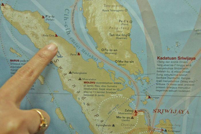 Pelabuhan Kota Cina dalam bonus poster National Geographic Indonesia edisi Oktober 2013.