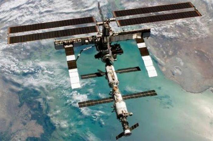 Foto utuh Stasiun Luar Angkasa Internasional saat berada di orbit bumi di atas Laut Kaspia.