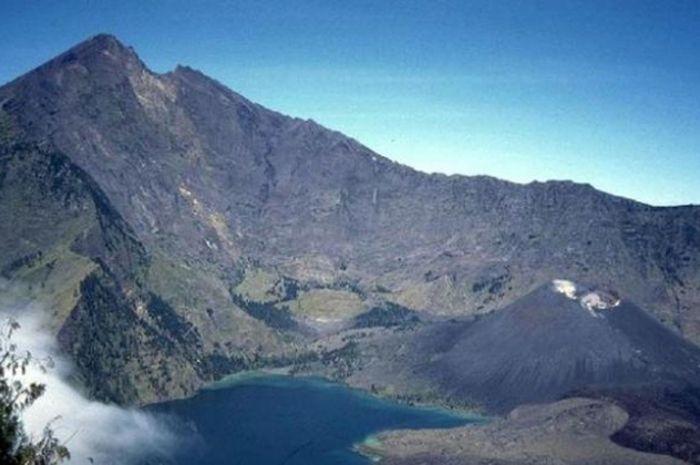 Danau Segara Anak di Gunung Rinjani, Lombok, Nusa Tenggara Barat.