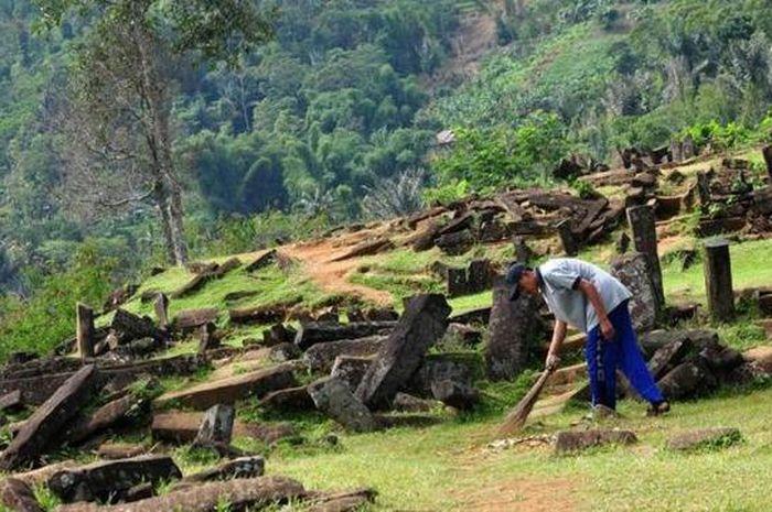Seorang penjaga membersihkan situs Megalitikum Gunung Padang di kawasan Cianjur.