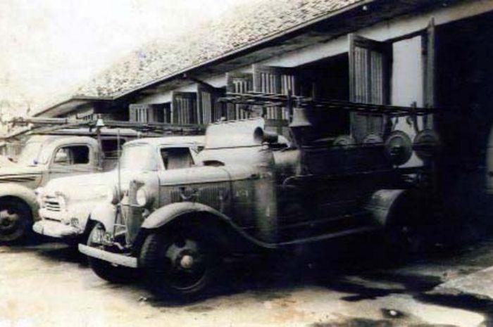 Mobil pemadam kebakaran Brandweer Batavia pada awal abad ke-20.