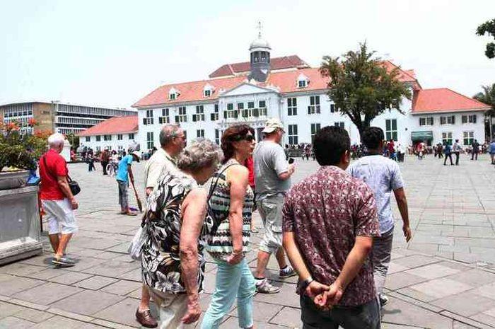 Sejumlah wisatawan mancanegara di Kawasan Kota Tua Jakarta, Minggu (16/3). Fiesta Fatahillah, yang d