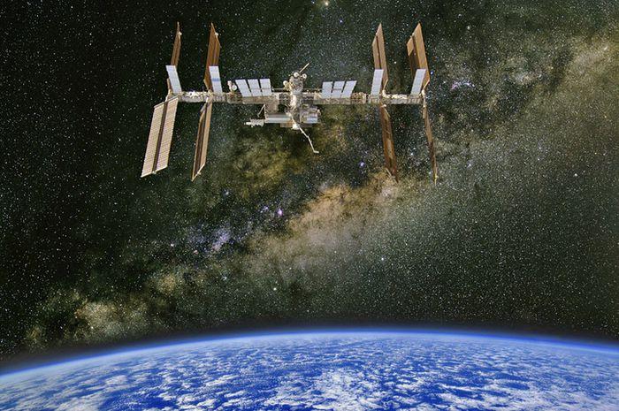 Stasiun Luar Angkasa Internasional (International Space Satation) dengan latar belakang Planet Bumi