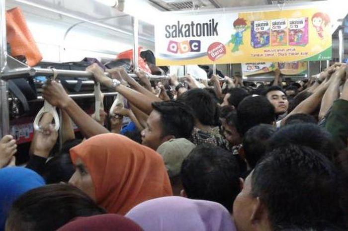 Kondisi di dalam Commuter Line.