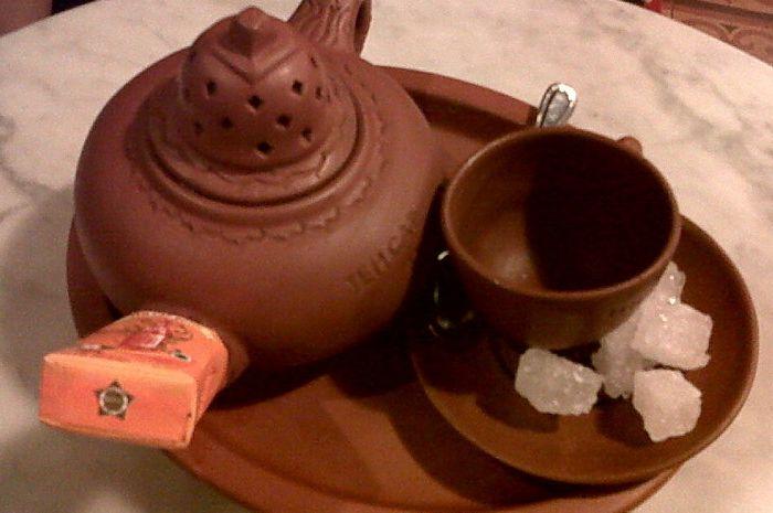 Teh poci khas Slawi, Tegal dan sekitarnya yang disajikan dalam poci tanah liat serta dilengkapi gula