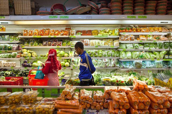 Konsumen memilih sayuran organik di salah satu pasar modern di Jakarta Selatan, Senin (1/9). Budaya