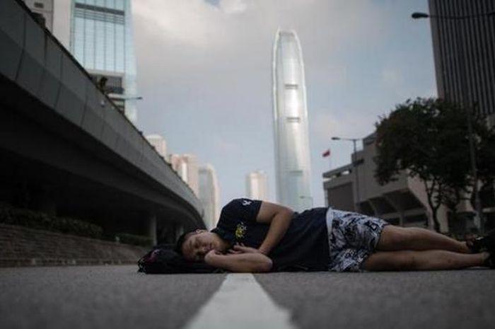 Ilustrasi tidur di jalanan.