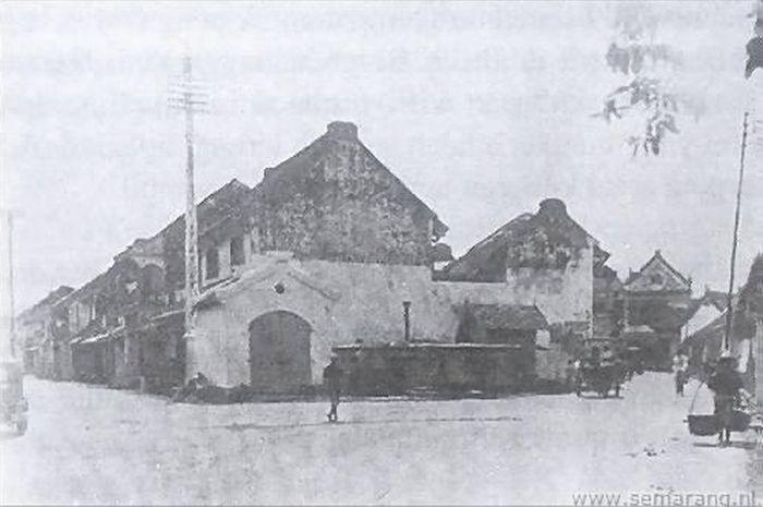 Hotel Tjia Tjia Kie yang merupakan rumah penginapan pertama di pecinan Semarang. Pemiliknya, Kwee Kiem Jong tampaknya melihat peluang bisnis baru di kampungnya yang kian ramai. Pada 1880-an, Kwee membangun penginapan di sepetak lahan di dekat pertigaan Gang Besen dan Gang Pinggir.
