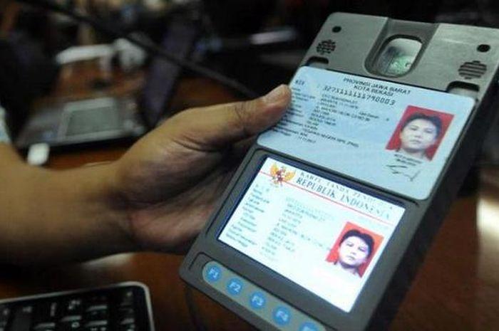 Petugas mengujicoba penggunaan mesin pembaca chip e-KTP (card reader) di Kementerian Dalam Negeri, R