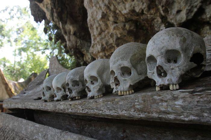 Tradisi pemakaman Toraja di tebing karst Kete\' Kesu\'. Semakin tinggi letak liang di tebing, semaki