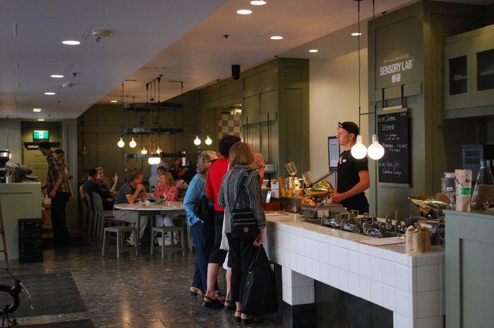 Suasana di sebuah kedai kopi di Melbourne.