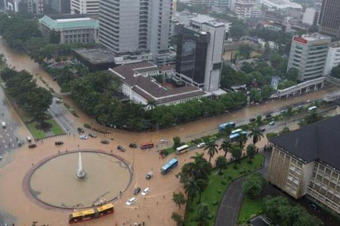 Banjir di kawasan bundaran air mancur di samping Patung Arjuna Wiwaha, Jalan MH Thamrin, Jakarta.