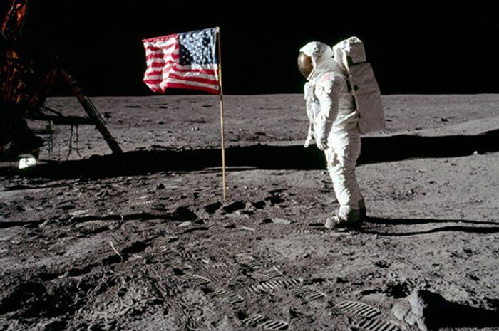 Foto yang memperlihatkan bendera AS yang ditancapkan Neil Armstrong saat pendaratan di Bulan, 20 Jul