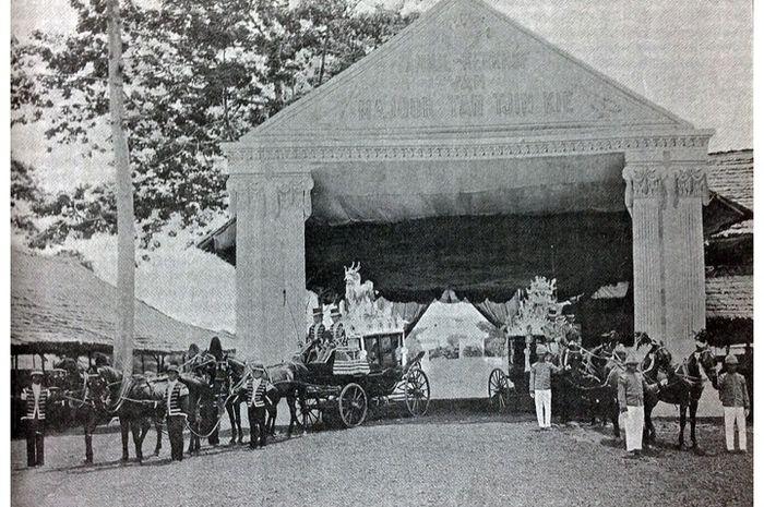 Dua kereta yang mengiringi arak-arakan pemakaman Mayor Tan Tjin Kie. Arak-arakan upacara pemakaman ini terdiri atas sembilan kelompok yang panjangnya hampir satu kilometer.