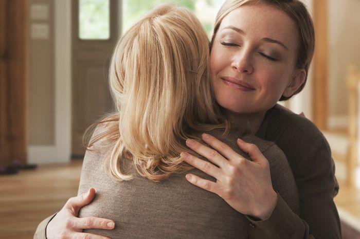 Berpelukan bisa mengurangi stres dan depresi, hingga meningkatkan suasana hati jadi lebih baik.