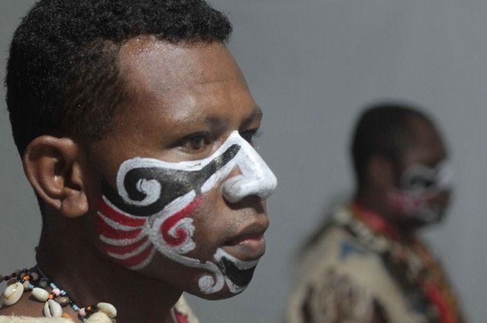 Erik Rumfabe, asal Manokwari, Papua Barat, bersiap mementaskan tarian tradisi sukunya di Festival Budaya Melanesia yang digelar di Kupang pada 2015.
