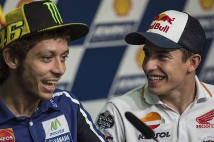 Valentino Rossi dan Marc Marquez bersenda gurau di tengah interview