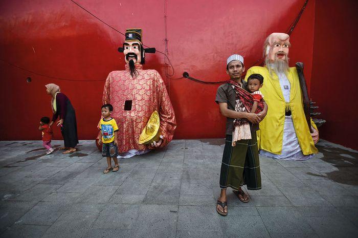 Warga Muslim Lasem mengunjungi sebuah festival budaya di pecinan  setempat. Simbol budaya Cina telah melebur dengan kebudayaan di kota pesisir utara Jawa itu.