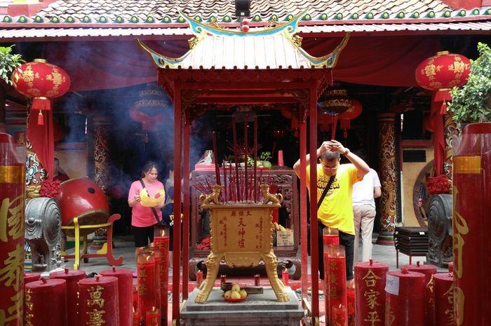 Menjelang Tahun Baru Imlek, warga keturunan Tionghoa berdatangan silih berganti ke klenteng.