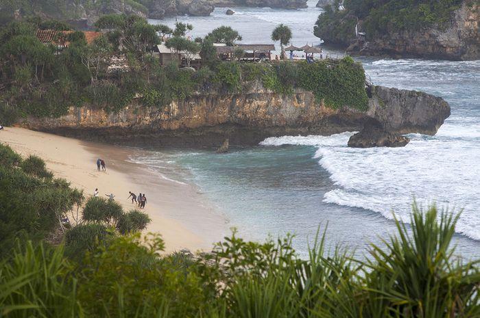 Wisatawan mengunjungi Pantai Sepanjang, Gunung Kidul, Yogyakarta pada akhir pekan (29/5/2016). Panta